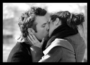 kissing-in-black-and-white
