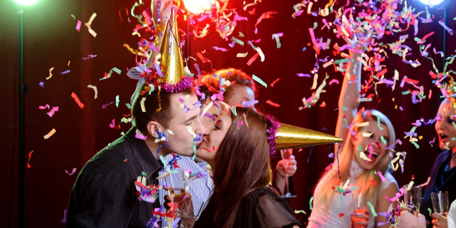 o-NEW-YEARS-EVE-KISSING-facebook